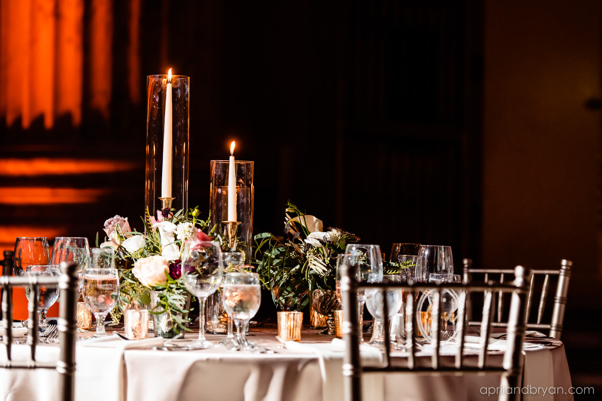 Beautiful tablescape at the Franklin Institute in Philadelphia captured by April & Bryan Photography. Featured on Dream Weddings.